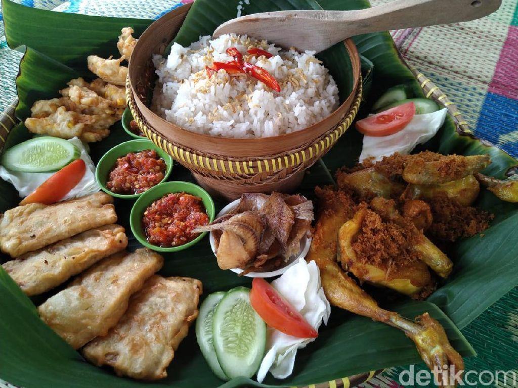 Seru! Bersantap Nasi Liwet di Saung Tradisional Sambil Mancing Ikan