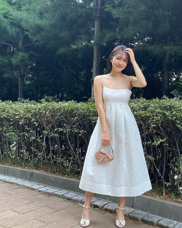 Yeri 'Red Velvet' berpose dengan tas pesta mewah dan elegan terbaru, Dior Micro Saddle Bag.