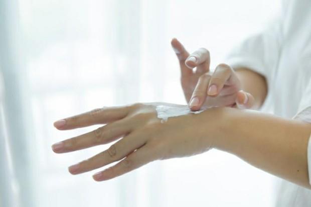 Applying Body Lotion (Pict : Freepik.com/jcomp)