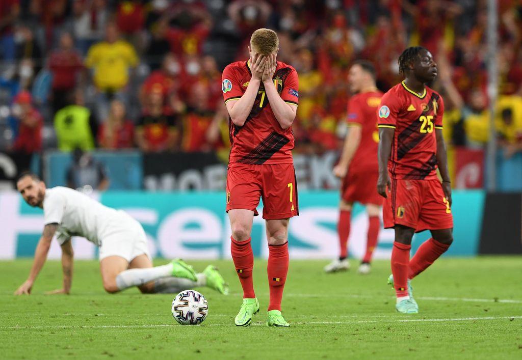 MUNICH, ALEMANIA - 02 DE JULIO: Kevin De Bruyne de Bélgica parece abatido durante el partido de cuartos de final del Campeonato de la UEFA Euro 2020 entre Bélgica e Italia en el Football Arena Munich el 02 de julio de 2021 en Munich, Alemania.  (Foto de Christof Stache - Pool / Getty Images)