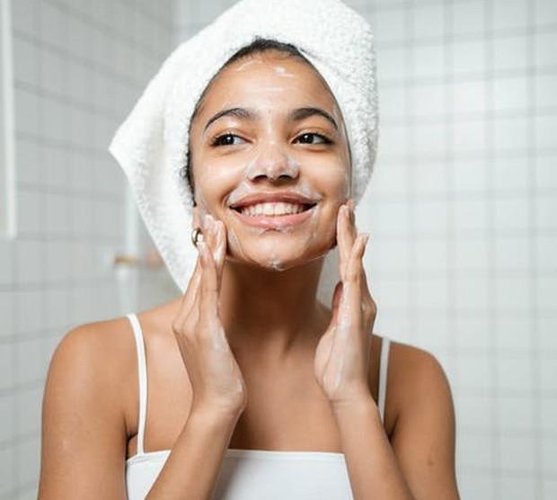 Bersihkan wajah sebelum memakai foundation