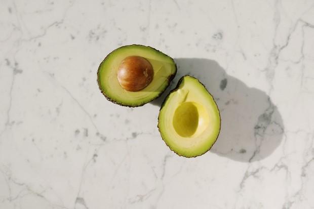 buah alpukat dapat mengembalikan kilau rambut