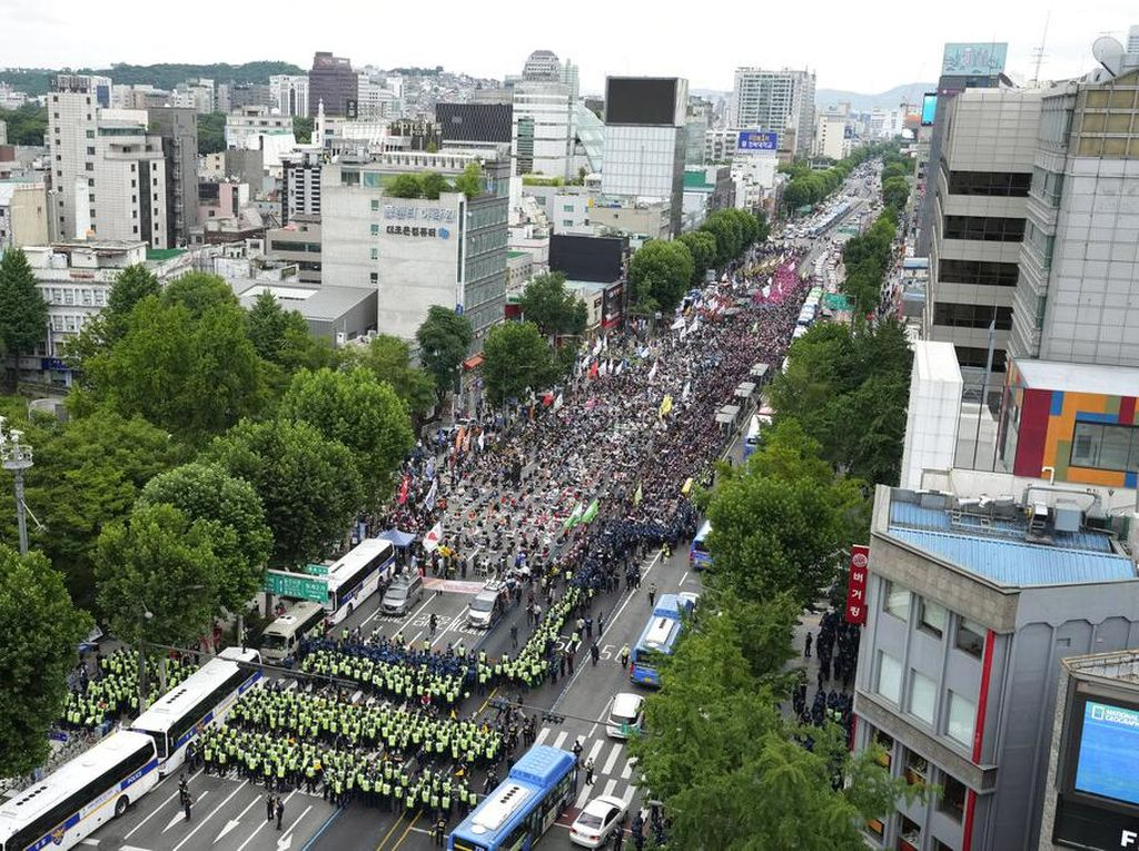 Demo Ribuan Buruh Korsel di Tengah Lonjakan COVID-19