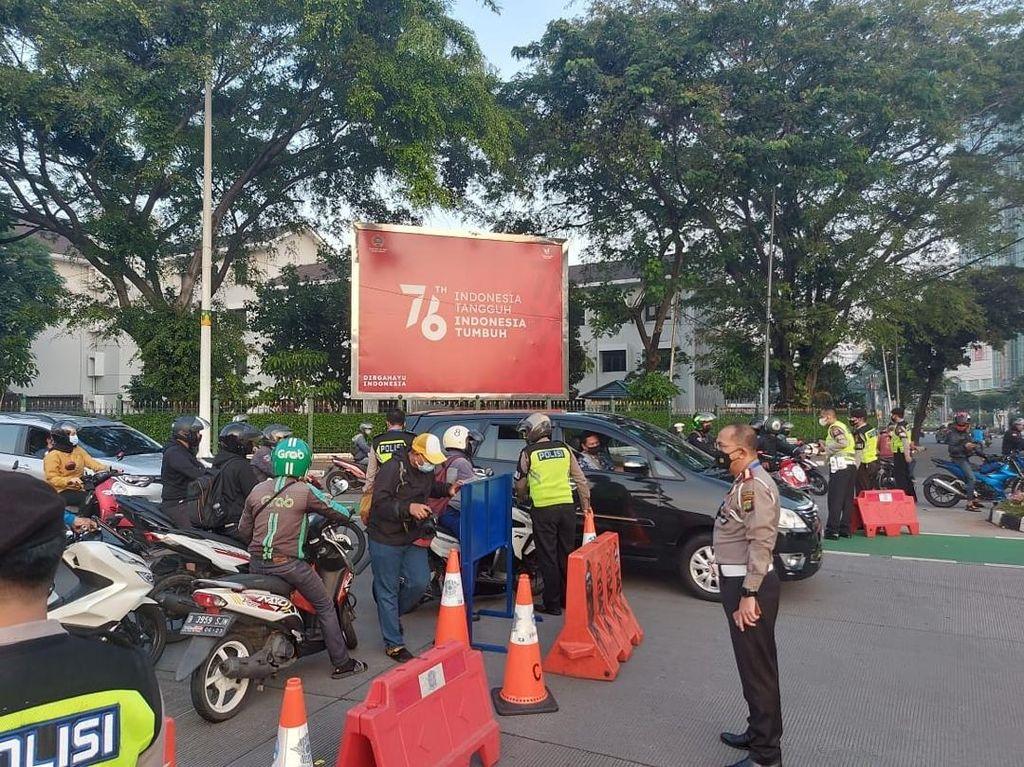 Suasana Penyekatan Berbagai Titik di Jakarta Saat PPKM Darurat