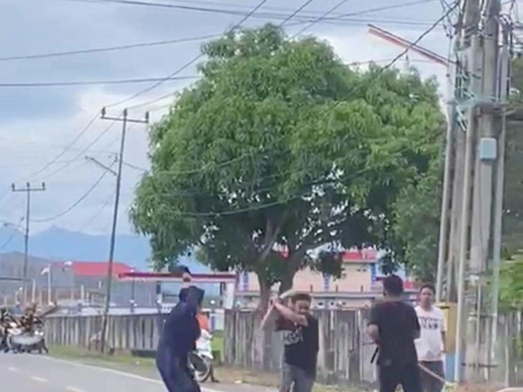 Viral Emak-emak di Sidrap Lerai 2 Pria Duel Samurai di Jalan