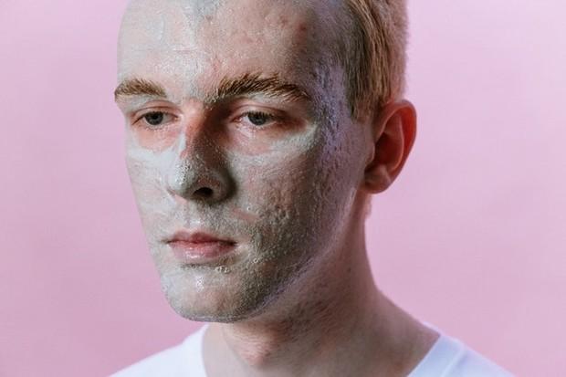 memakai clay mask