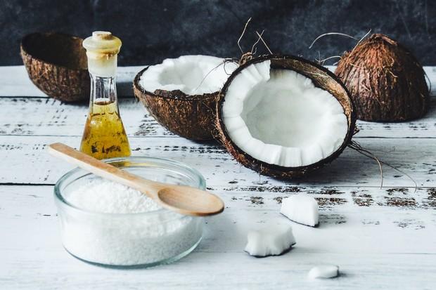 Minyak kelapa dapat memperbaiki rambut yang rusak karena mengandung vitamin E