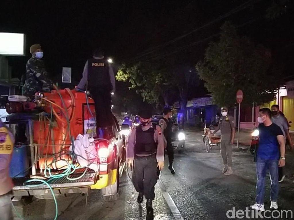 Bubar! Petugas Semprot Warga Nongkrong Lampaui Batas Waktu di Rembang