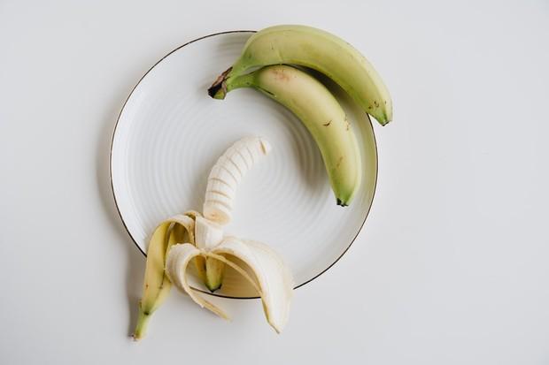 Buah pisang dipercaya dapat menghidrasi dan melembapkan rambut yang kusam, rusak, kering