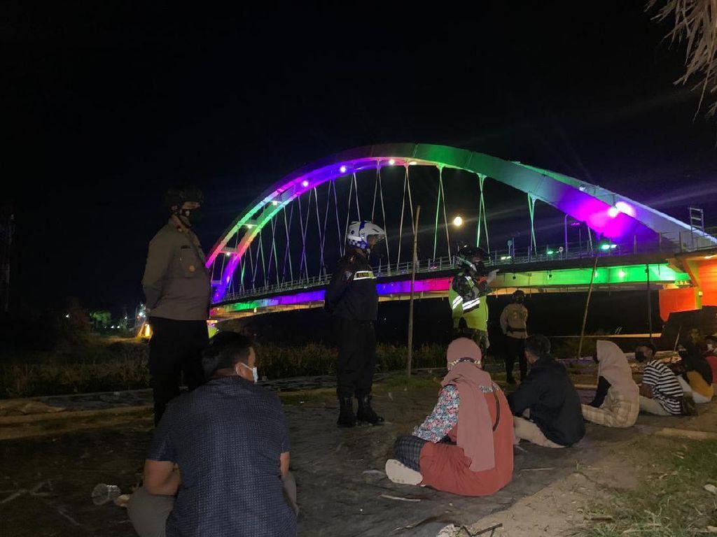 Petugas Bubarkan Pengunjung di Taman Bojonegoro Saat PPKM Darurat, 2 Positif