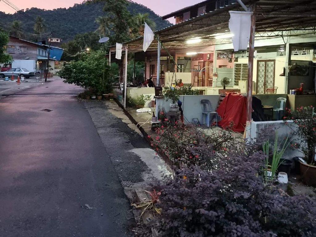 Warga Malaysia Kibarkan Bendera Putih di Rumah Tanda Kelaparan