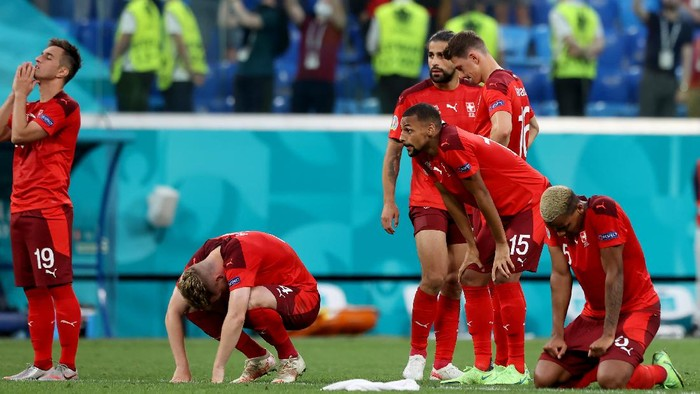SAINT PETERSBURG, RUSSIA - JULY 02: Players of Switzerland look dejected following defeat in the penalty shoot out after the UEFA Euro 2020 Championship Quarter-final match between Switzerland and Spain at Saint Petersburg Stadium on July 02, 2021 in Saint Petersburg, Russia. (Photo by Alexander Hassenstein/Getty Images)
