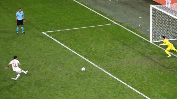 Spain's Mikel Oyarzabal, left, scores the winning penalty during the Euro 2020 soccer championship quarterfinal match between Switzerland and Spain at Saint Petersburg Stadium in St. Petersburg, Russia, Friday, July 2, 2021. (Anton Vaganov/Pool via AP)
