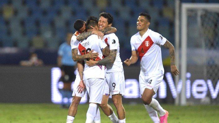 GOIANIA, BRAZIL - JULY 02: Christian Cueva of Peru celebrates with teammates Gianluca Lapadula and Ánderson Santamaría of Peru winning the match in a penalty shootout after a quarterfinal match between Peru and Paraguay as part of Copa America Brazil 2021 at Estadio Olimpico on July 02, 2021 in Goiania, Brazil. (Photo by Pedro Vilela/Getty Images)