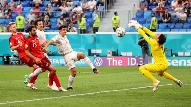 SAINT PETERSBURG, RUSSIA - JULY 02: Yann Sommer of Switzerland makes a save from Gerard Moreno of Spain during the UEFA Euro 2020 Championship Quarter-final match between Switzerland and Spain at Saint Petersburg Stadium on July 02, 2021 in Saint Petersburg, Russia. (Photo by Alexander Hassenstein/Getty Images)
