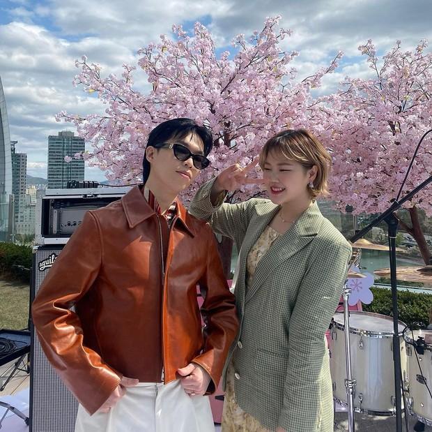 Akdong Musician atau yang lebih dikenal AKMU, merupakan duo saudara kandung yang memulai kariernya sebagai idol kpop dari acara survival K-Pop Star Season 2.