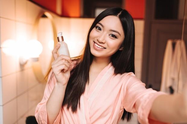 Pilih produk skincare yang paling ringan untuk dilayer.
