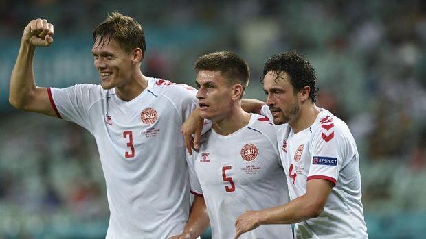 Desde la izquierda, los daneses Jannik Vestergaard, Joakim Maehle y Thomas Delaney celebran después de que Kasper Dolberg anotara el segundo gol de su equipo, durante el partido de cuartos de final del campeonato de fútbol de la Euro 2020 entre República Checa y Dinamarca, en el estadio olímpico de Bakú, el sábado 3 de julio de 2021. (Ozan Kose, Pool vía AP)