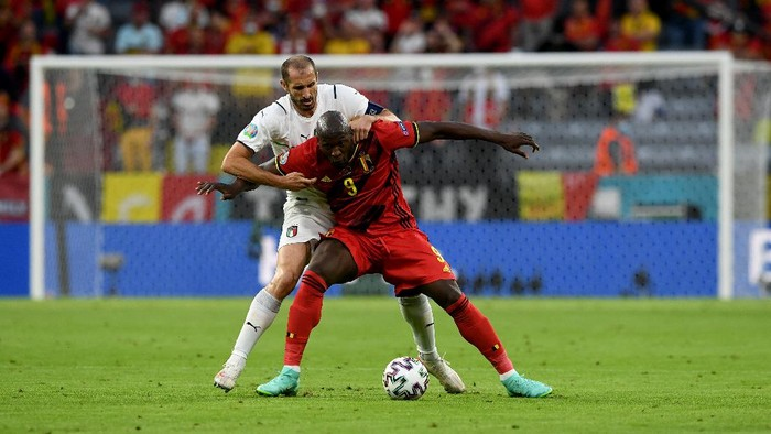 MUNICH, GERMANY - JULY 02: Romelu Lukaku of Belgium battles for possession with Giorgio Chiellini of Italy during the UEFA Euro 2020 Championship Quarter-final match between Belgium and Italy at Football Arena Munich on July 02, 2021 in Munich, Germany. (Photo by Christof Stache - Pool/Getty Images)