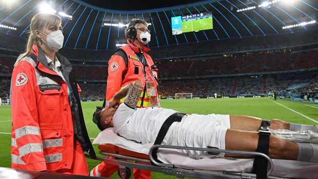 MUNICH, GERMANY - JULY 02: Leonardo Spinazzola of Italy leaves the pitch on a stretcher during the UEFA Euro 2020 Championship Quarter-final match between Belgium and Italy at Football Arena Munich on July 02, 2021 in Munich, Germany. (Photo by Christof Stache - Pool/Getty Images)