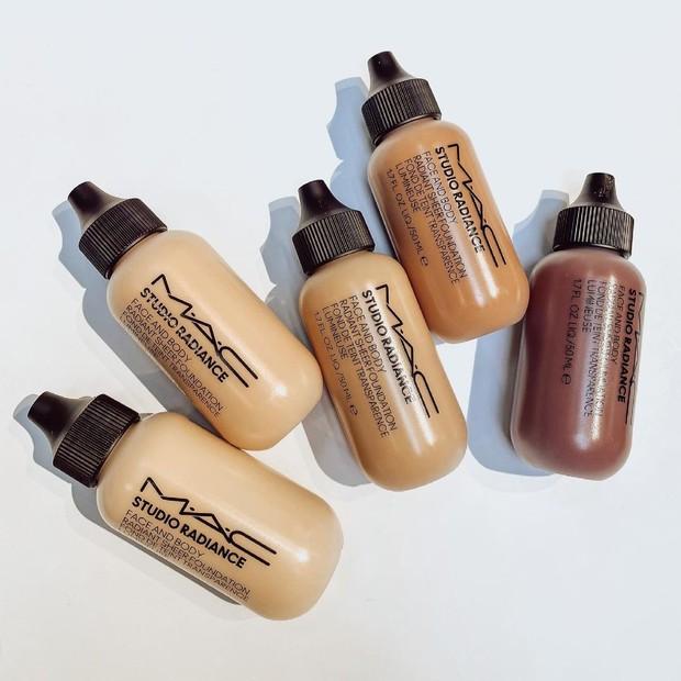 Foundation dari MAC Cosmeticss ini akan menghasilkan kombinasi sempurna antara menjadi natural dewy dan tetap tahan lama.