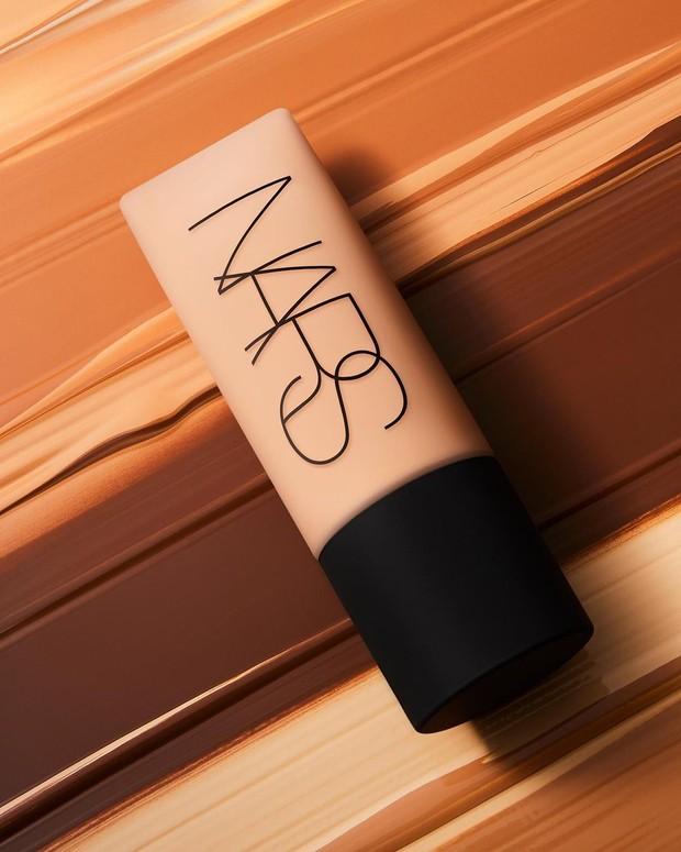 Kalau foundation yang satu ini menjadi pilihan yang ideal bagi kamu yang ingin kulitnya terlihat benar-benar bebas kilap.