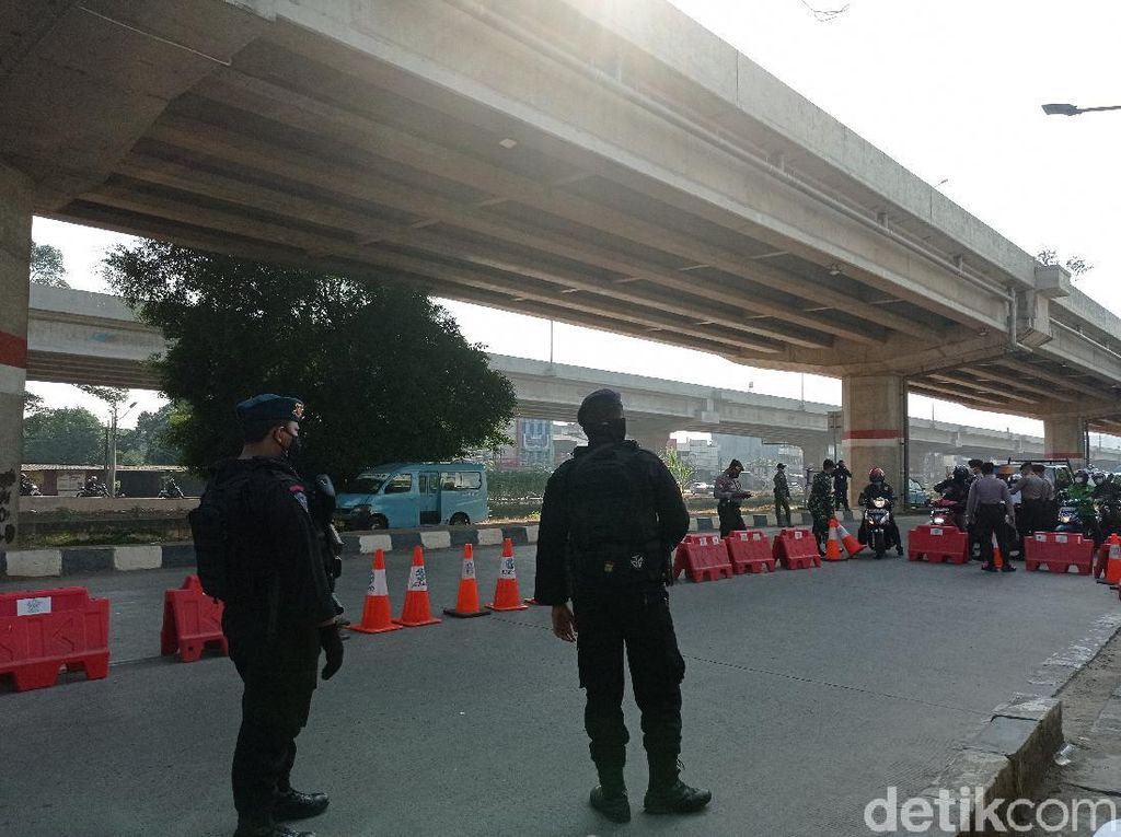 Aparat Bersenjata Jaga Pos Penyekatan PPKM Darurat di Kalimalang