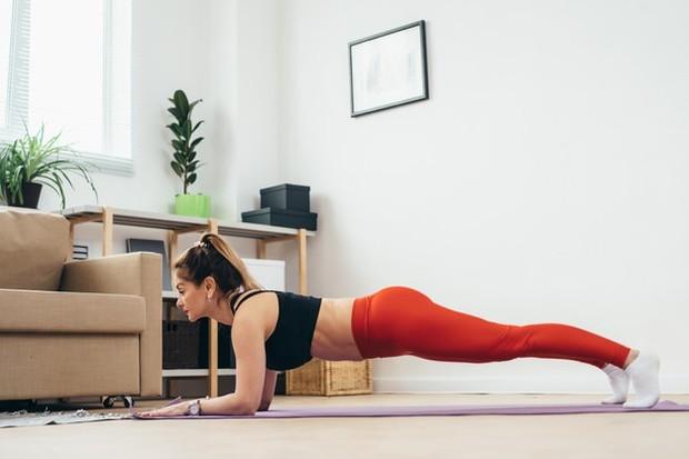 Plank secara rutin untuk menjaga kekebalan tubuh di masa pandemi/foto:freepik.com