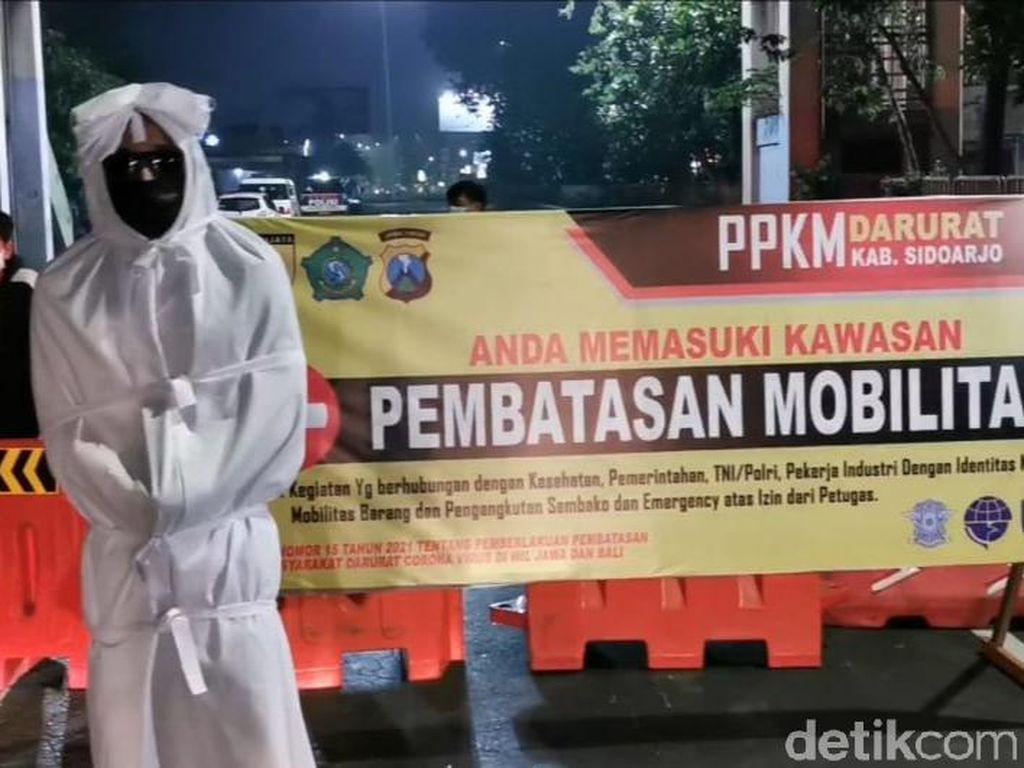 Mbah Bejo dan Pocong Bantu Polisi di Sidoarjo Selama PPKM Darurat