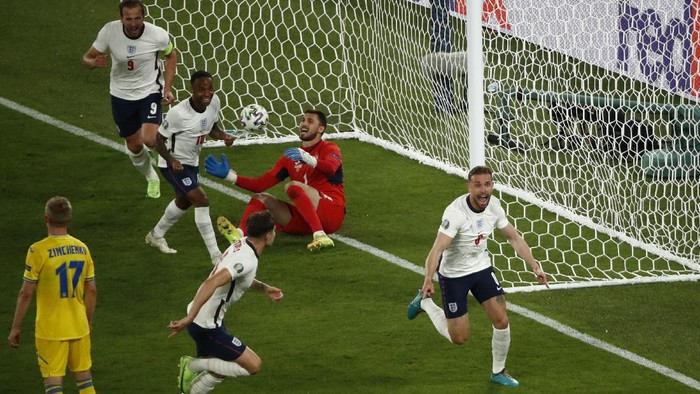 Englands Jordan Henderson, right, celebrates after scoring his sides fourth goal during the Euro 2020 soccer championship quarterfinal match between Ukraine and England at the Olympic stadium in Rome, Italy, Saturday, July 3, 2021. (Alessandro Garofalo/Pool Via AP)