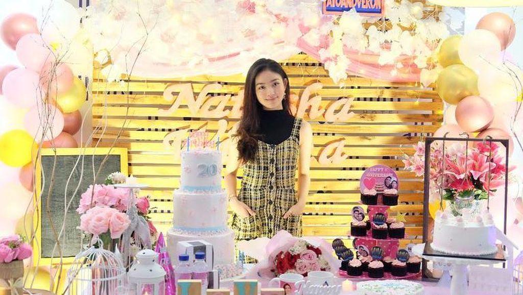 Cantiknya Natasha Wilona Saat Dapat Kue Ultah dan Belajar Bikin Bakpia