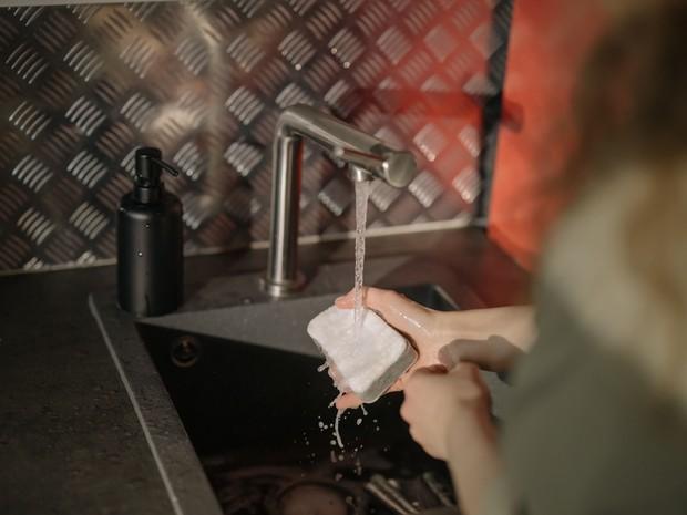 Mencuci tangan.