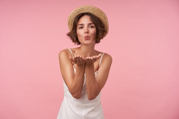 Jika Anda ingin membuat french kiss Anda selangkah lebih maju, masukkan gigitan ke dalam ciuman.