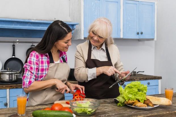 Tips kedua untuk menjaga keharmonisan dengan mertua atau orang tua adalah dengan membuat aktivitas terasa lebih menarik.