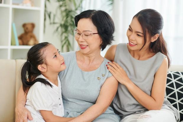 Setiap rumah pasti memiliki peraturan masing-masing. Jika ingin membangun hubungan yang harmonis dengan mertua atau orang tua, cobalah untuk menghormati peraturan yang ada di rumah tersebut.