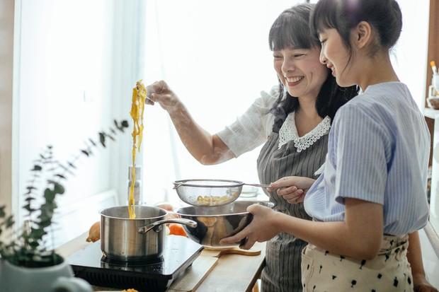 meminta pada ibu atau ibu mertua untuk membantu dalam mengurus bayi atau memasak