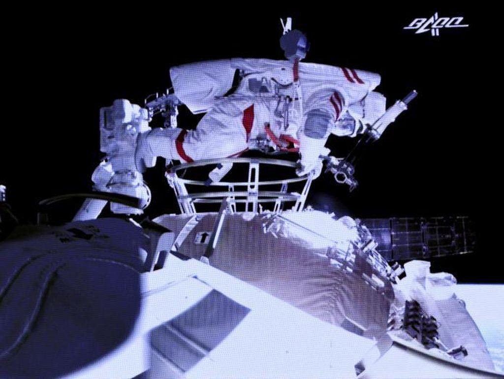 2 Astronaut China Lakukan Spacewalk Pertama di Stasiun Luar Angkasa