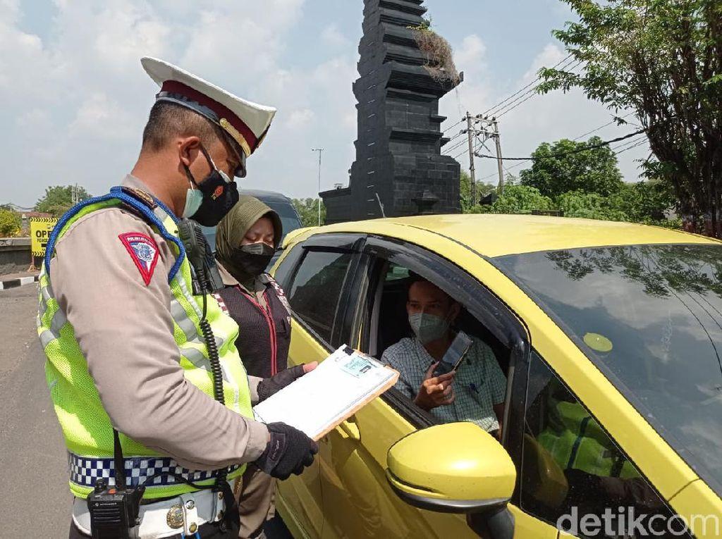 Polisi Perketat Masuknya Kendaraan ke Gresik Saat PPKM Darurat