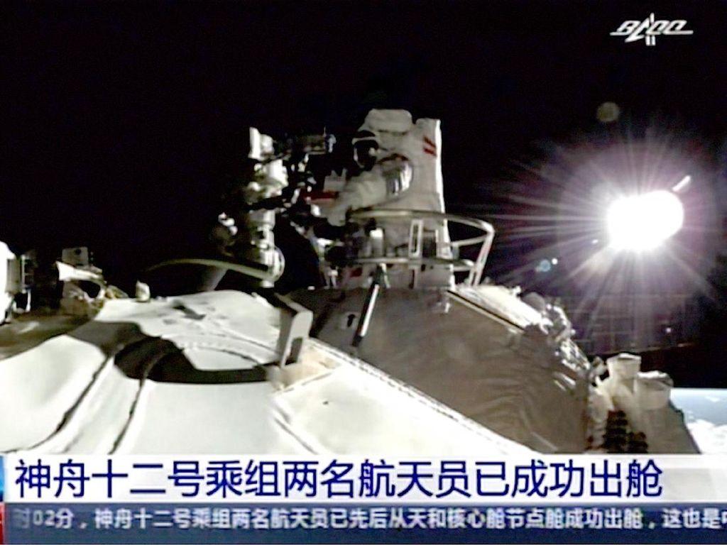 Momen Bersejarah Astronaut China Jalan-jalan 7 Jam di Antariksa