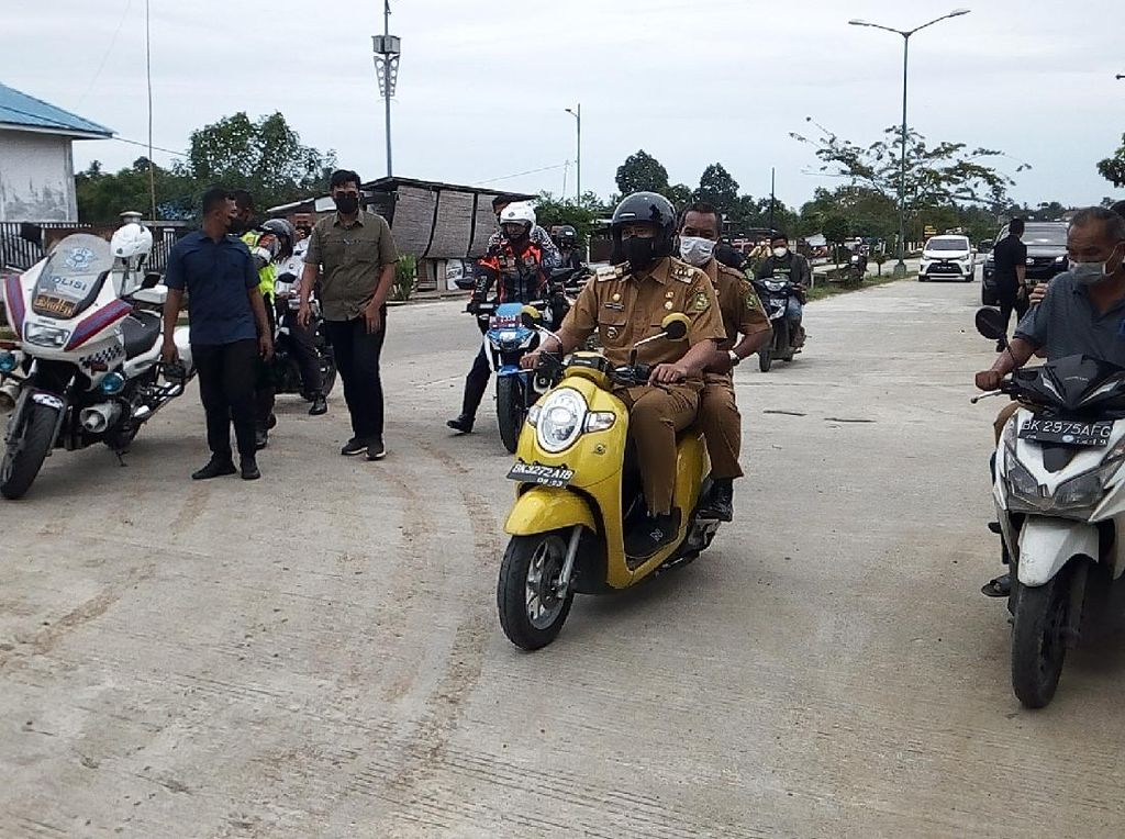 Kala Bobby Boncengkan Kadis Naik Kereta Cek Kondisi Jalan di Medan