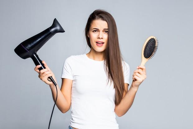 Mengurangi penggunaan hairdyer yang panas bisa menjadi cara menumbuhkan rambut dengan cepat melalui kelembapan kulit kepala.