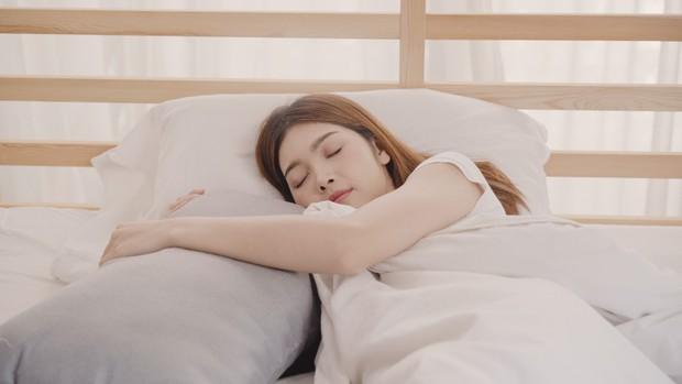 Pemilihan bantal yang nyaman untuk tidur merupakan salah satu cara menumbuhkan rambut dengan cepat.
