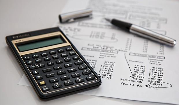 Mengatur budget sebagai contoh practical self-care yang bisa dilakukan.
