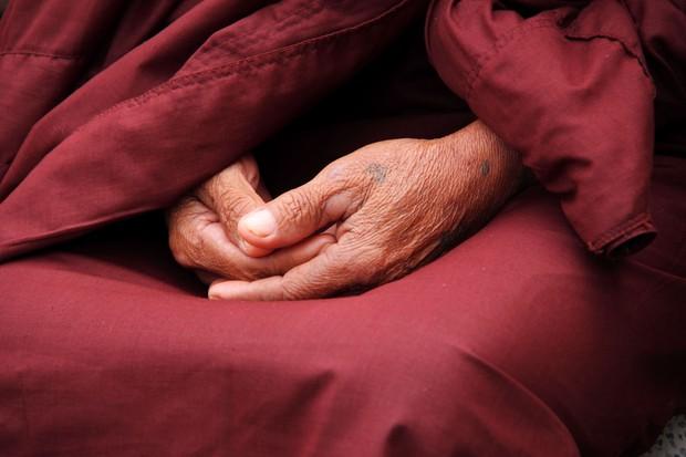 Spiritual self-care dengan cara ibadah atau refleksi diri.