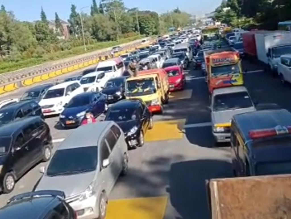 Viral Video Kendaraan Mengular di GT Pasteur Bandung Imbas PPKM