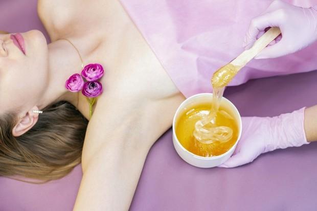 Waxing ketiak bisa membuat kulit kamu menjadi merah, itu cenderung muncul karena kamu menghilangkan rambut tebal atau memliki kulit sensitif.