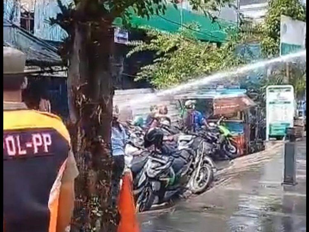 Polisi Bubarkan Kerumunan Warga di Depan Plaza Kenari Pakai Water Cannon