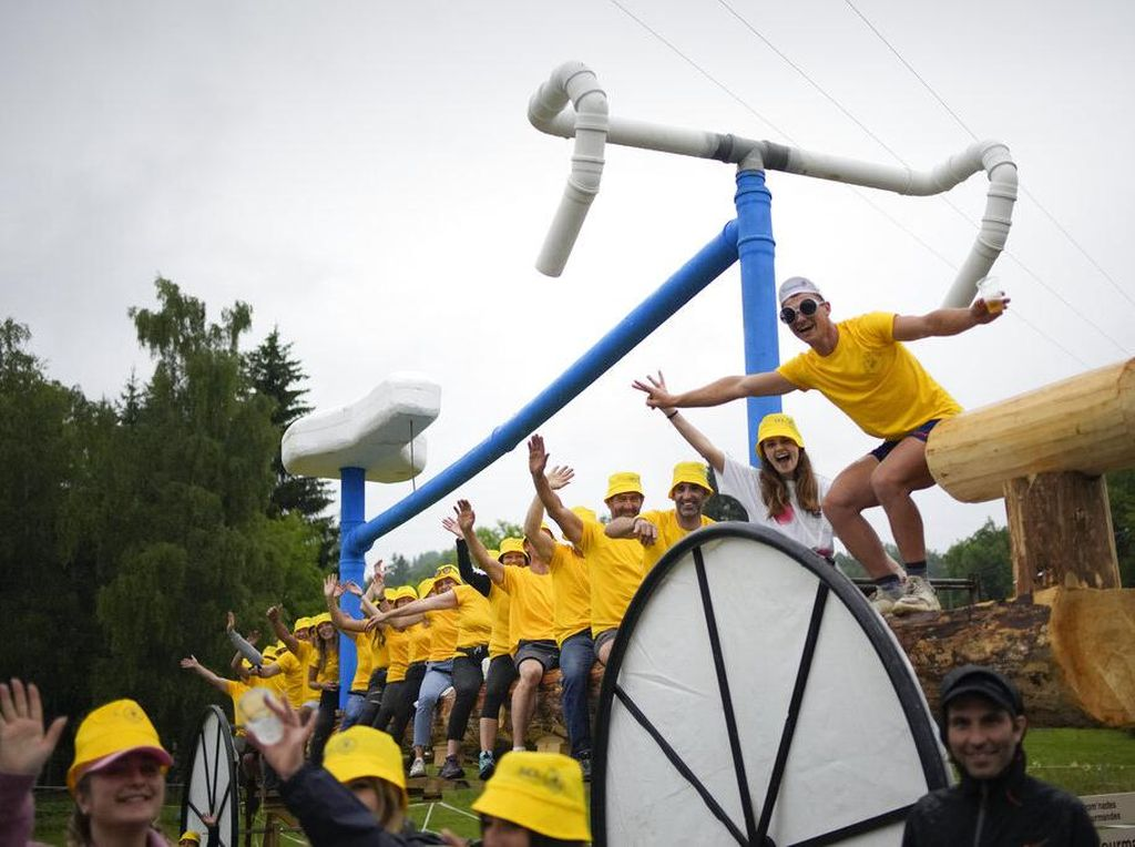 Cek Lagi Kreatifitas Penonton Tour de France