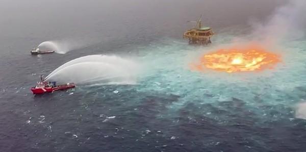 Di tengah air yang berpusar, keluar api yang menyala seperti lelehan lava.
