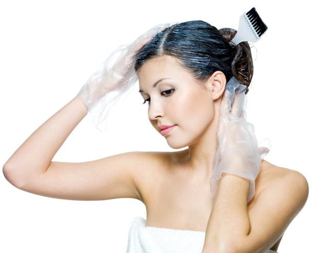 Menghindari mengecat rambut merupakan salah satu cara menumbuhkan rambut dengan cepat karena tidak terkontaminasi bahan kimia.